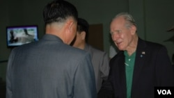 한국전 당시 전사한 동료의 유해를 찾기 위해 63년 만에 북한을 방문한 미 해군 출신 토머스 허드너씨가 20일 평양에 도착해 북한 관계자들의 안내를 받고 있다.