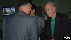 VOA 기자와 함께 20일 북한 평양을 방문한 미 해군 조종사 출신 토머스 허드너(오른쪽) 씨가 북한 관계자들의 환영을 받고 있다.
