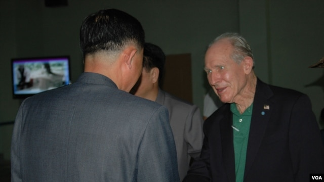 Former US Navy pilot and medal of honor recipient Thomas Hudner, seen here arriving at Pyongyang airport July 20, 2013, is greeted by North Korean officials. (VOA/S. Herman)