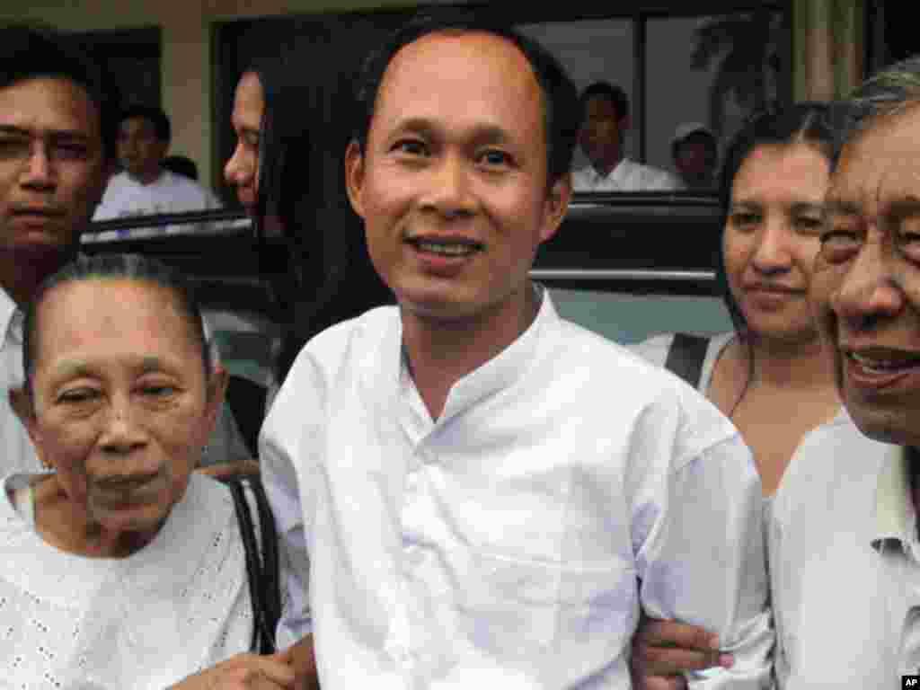 缅甸88世代学生团成员Pyone Cho获释后和父母团聚。 (AP)