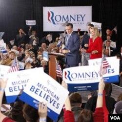 Mantan Gubernur Mitt Romney didampingi isterinya mengucapkan terimakasih kepada para pendukungnya Selasa malam di Novi, Michigan (28/2).