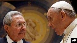 Chủ tịch Cuba Raul Castro diện kiến Đức Giáo Hoàng tại Điện Vatican, ngày 10/5/2015.