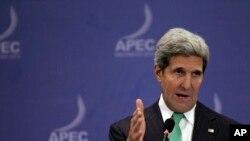美国国务卿克里在印尼巴厘岛的亚太经合会的记者会上讲话。(2013年10月5日)