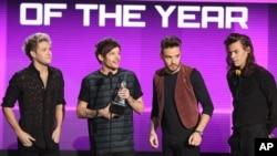 De izquierda a derecha, Niall Horan, Louis Tomlinson, Liam Payne y Harry Styles de One Direction aceptando el premio de Artista del Año de Amercian Music Awards en Los Ángeles, el domingo, 22 de noviembre de 2015.