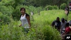 Niños guatemaltecos viajan a través de México hacia Estados Unidos.