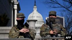 资料照片:美国国民警卫队士兵在美国国会大厦提供安全保卫。(2021年1月14日)