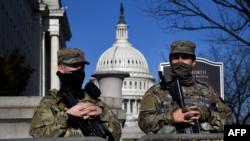 Pripadnici Nacionalne garde ispred zgrade Kongresa.