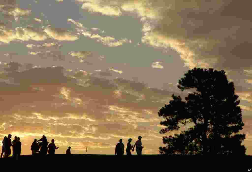 Khán giả đến vào lúc sáng sớm vào ngày thứ hai của giải gôn tranh Cúp Solheim, được tổ chức tại Parker, bang Colorado.