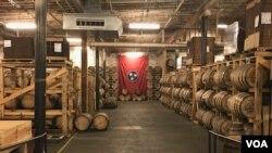 位于田纳西州纳什维尔的纳尔逊·格林·布赖尔酿酒厂的储藏室。田纳西威士忌是该州十大出口商品之一。(美国之音林枫拍摄)