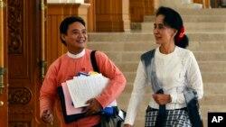 Lãnh tụ đối lập Myanmar Aung San Suu Kyi và một thành viên quốc hội của Đảng Liên minh Dân chủ Toàn quốc, rời cuộc họp thường kỳ của Hạ viện Quốc hội tại Naypyitaw, Myanmar. (Ảnh tư liệu ngày 3/12/2015)