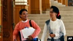 缅甸反对党领袖昂山素季和来自她领导的全国民主联盟的议员泽雅塔在内比都参加议会下院会议后离开会场。(2015年12月3日)