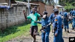 La police burundaise arrête un manifestant au cours des affrontements avec les forces de sécurité dans le district de Cibitoke, à Bujumbura, Burundi, le 29 mai 2015.