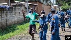 Polisi Burundi menangkap seorang pengunjuk rasa di distrik Cibitoke, ibukota Bujumbura, Burundi (29/5).