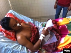 FILE: So Nang, 27, a Cambodian garment worker, receives treatment at Preah Kosamak hospital in Phnom Penh, January 6, 2014. He is a victim of the violent January 3 crackdown on striking garment workers in Cambodia. He has been shot in the stomach. (VOA Khmer)