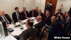 도널드 트럼프 미국 대통령이 6일 백악관에서 시리아 폭격에 대해 브리핑을 받고 있다. 사진 출처 = 백악관 제공.