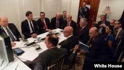 지난 6일 도널드 트럼프 미국 대통령이 백악관에서 시리아 폭격에 대해 브리핑을 받고 있다. (자료사진)