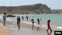 خبرگزاری ایرنا نوشت مردم در سیستان و بلوچستان از گرما به دریا پناه برده اند.