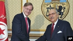 Tunisian President Foued Mebazaa (R) shakes hands with the World Bank President Robert B. Zoellick at the Presidential Palace in Carthage, outside Tunis, May 4, 2011