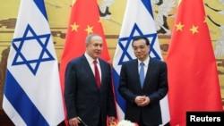 中国总理李克强(右)和以色列总理内塔尼亚胡在北京人大会堂参加一个签字仪式。(2017年3月20日)