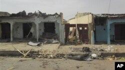 Bangunan yang hancur setelah terjadi ledakan bom bunuh diri di tempat menonton piala dunia bersama di Damaturu, Nigeria (18/6/2014). Walaupun belum ada klaim, Boko Haram diduga terlibat dalam insiden itu.