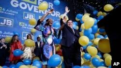 El candidato demócrata a gobernador de Illinois, J.B. Prtizker, celebra la victoria junto a su compañera en la contienda.