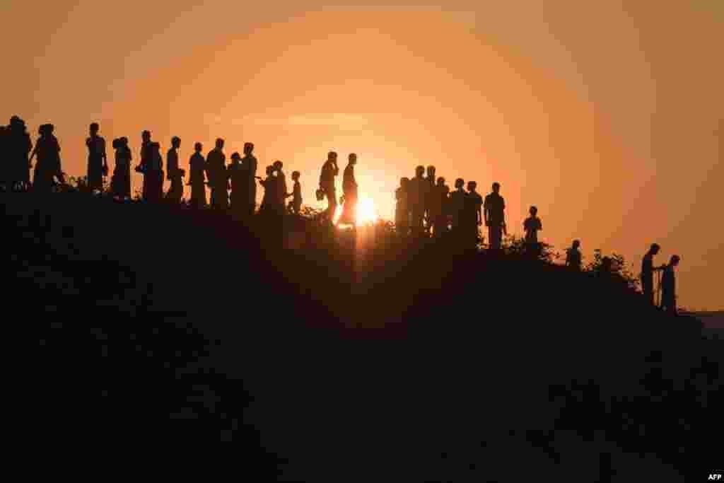 방글라데시 콕스바자르의 쿠투팔롱 난민촌에서 미얀마 로힝야족 난민들이 언덕을 내려오고 있다.