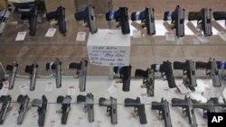 Deretan senjata api dipamerkan di sebuah toko senjata B&J di Colonie, New York (Foto: dok). Serangan di sekolah dasar Tiongkok dan Amerika yang hampir bersamaan waktunya mendorong banyak orang untuk mengamati perbedaan UU pengawasan senjata dan dampaknya di kedua negara.