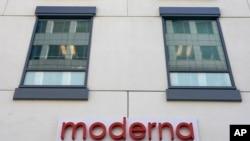 ດ້ານໜ້າສຳນັກງານໃຫຍ່ຂອງ ບໍລິສັດ ໂມເດີຣນຮາ ອິງຄ໌ (Moderna, Inc.), ວັນອັງຄານ ທີ 15 ທັນວາ 2020, ຢູ່ໃນເມືອງເຄມບຣິດຈ໌ ຂອງລັດແມັສຊາຈູເສັດສ໌.