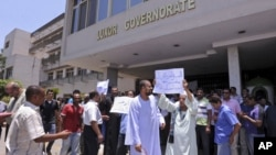 Tourism workers and activists in Luxor protest newly appointed Islamist governor Adel Mohamed al-Khayat and block his office, June 18, 2013.
