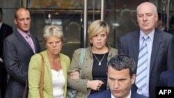 Gia đình nạn nhân Milly Dowler đứng đằng sau luật sư Mark Lewis sau khi gặp ông Rupert Murdoch tại 1 khách sạn ở trung tâm London, 15/7/2011