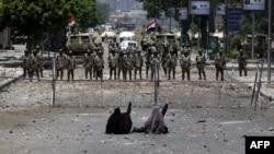 Kahire'de Cumhuriyet Muhafızları Karargahı önünde Munsi'nin devrilmesini protesto eden kadın göstericiler