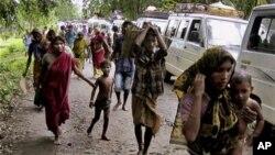 Warga desa Dimol meninggalkan tempat tinggal mereka pasca pecahnya bentrokan antar etnis Kokrajhar, India, (24/7).