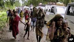 Dalam foto tertanggal 24 Juli 2012 ini penduduk di Kokrajhar, India, meninggalkan rumahnya setelah terjadi konflik etnis di wilayah tersebut. Pada hari Kamis (1/5/2014) kembali terjadi konflik separatis di wilayah itu.