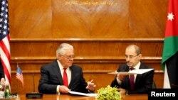 Госсекретарь США Рекс Тиллерсон и министр иностранных дел Иордании Айман аль-Сафади подписывают соглашение. Амман, Иордания. 14 февраля 2018 г.
