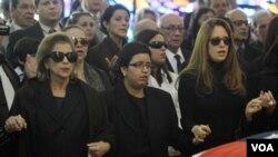 Cecilia y Francia Pérez observan el ataúd de su padre y ex presidente de Venezuela Carlos Andrés Pérez.