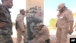 革命軍摧毀分隔蘇爾特和卡扎菲出生地的東門