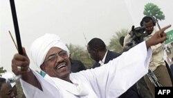 Predsednik Sudana Omar al-Bašir slavi pobedu na izborima ranije ove godine, postavši time prvi predsednik koji je pobedio na izborima uprkos činjenici da je protiv njega podignuta Haška optužnica za ratne zločine