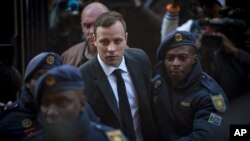 Oscar Pistorius (giữa) đến tòa án ở Pretoria, Nam Phi, ngày 6/7/2016.