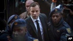 Oscar Pistorius saat tiba di kantor pengadilan Pretoria, Afrika Selatan 6 Juli lalu (foto: dok).