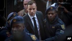 Oscar Pistorius, centro, fue obligado a mirar a la jueza al momento de su sentencia.