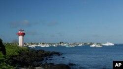 Este 2 de mayo de 2020, muestra el faro de la playa de Mann y los barcos anclados en la Bahía de Naufragio, en San Cristóbal, Islas Galápagos, Ecuador.