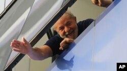 El expresidente Lula da Silva está recluido en una celda de 15 metros cuadrados con baño propio y una televisión.