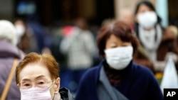 圖為日本東京一個購物中心內帶著口罩的行人 (美聯社2020年1月16日資料照)