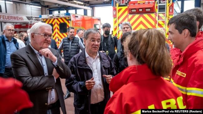 Presidenti Steinmeier dhe kreu i CDU-së Armin Laschet flasin me vullnetarët e kërkim-shpëtimit