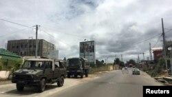 Un convoi militaire est aperçu à Libreville, la capitale du Gabon, suite à une décision de la cour constitutionnelle confirmant la victoire électorale du président Ali Bongo, le 24 septembre 2016. REUTERS / Edward McAllister - S1AEUDEHPUAB