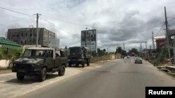 Un convoi militaire en route pour le tribunal à Libreville, le 24 septembre 2016