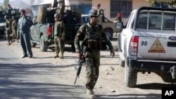 阿富汗保安部隊在喀布爾遭受自殺炸彈襲擊後進入現場調查。