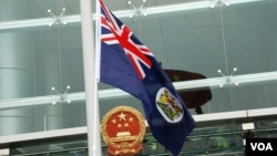 香港示威人士趁中國國慶日在中聯辦門外揮舞港英旗幟,要求北京尊重香港一國兩制、高度自治