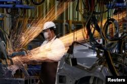 Một công nhân làm việc trong dây chuyền sản xuất của nhà máy Honda mới ở Prachinburi, Thái Lan, ngày 12 tháng 5 năm 2016.