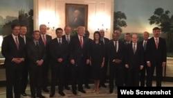 美國總統川普在白宮歡迎安理會代表(2017年4月24日,美國常駐聯合國代表妮基黑利推特圖片)
